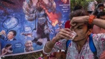 فيروس كورونا: جماعة هندوسية تقيم حفلا لشرب بول البقر للوقاية من الفيروس