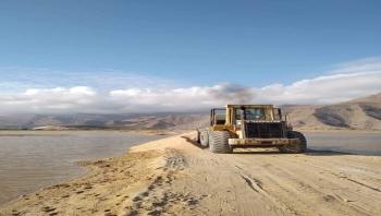 مكتب الأشغال بحصوين يباشر فتح الطريق إلى منطقة قديفوت الذي قُطع جراء السيول