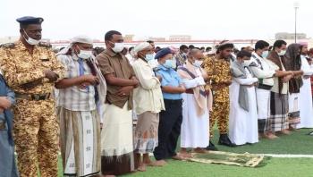 وزير الكهرباء ووكيل المهرة الأول ووكيل الشباب يؤدون صلاة العيد مع جموع المصلين بمدينة الغيضة