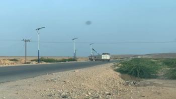 المهرة :تواصل أعمال تركيب الأعمدة والإنارة بالطاقة الشمسية على مداخل مديريتي سيحوت والمسيلة