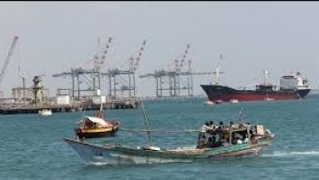 عدن :سحب أربع سفن متهالكة بعد غرق واحدة في الميناء