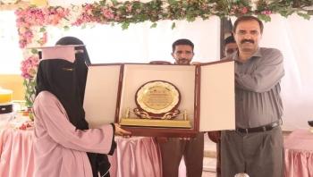 المهرة : مكتب التربية وثانوية بلقيس  يكرمان الطالبة البذيجي لتفوقها على مستوى المحافظة