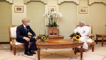 وزير الخارجية العماني يبحث مع المبعوث الأمريكي والأممي لليمن جهود وقف إطلاق النار وجهود إنهاء الحرب