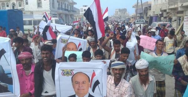 الآلاف يتظاهرون في سقطرى للمطالبة بطرد ما تبقى من ضباط الإمارات ويؤكدون دعمهم للشرعية