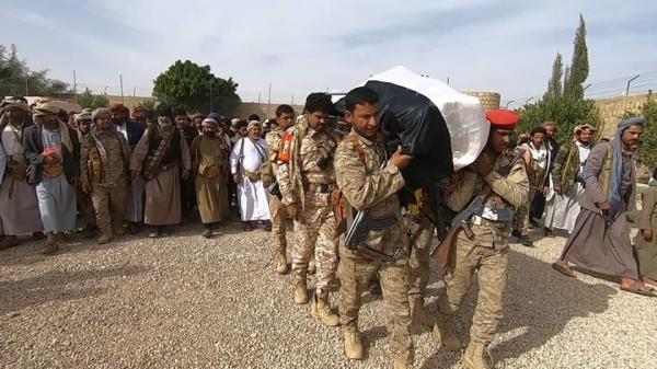 محافظ الجوف وجمع غفير من القادة والمدنيين يشيعون جثمان نجل العكيمي