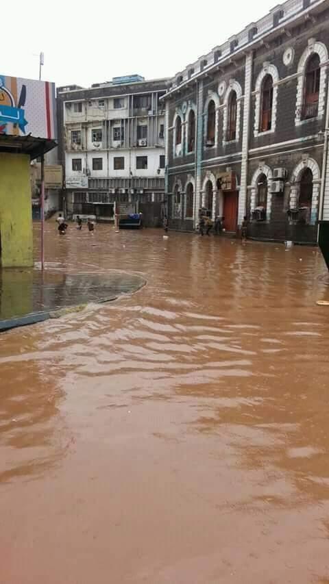 أمطار غزيرة تضرب عدن وأحياء تغرق بالسيول