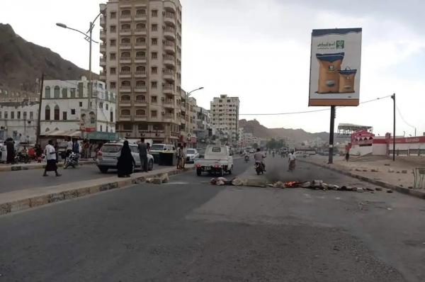 تنديدا بتدهور خدمة الكهرباء.. محتجون يغلقون شوارع رئيسية بالمكلا في حضرموت