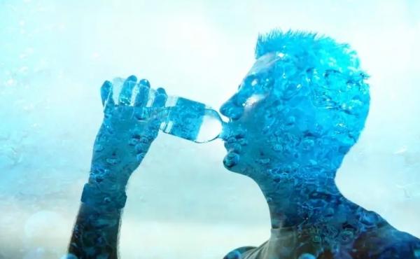 هل من الخطأ شرب الماء أثناء الأكل؟ وما علامات نقصه؟ أسئلة شاملة حول عصب الحياة
