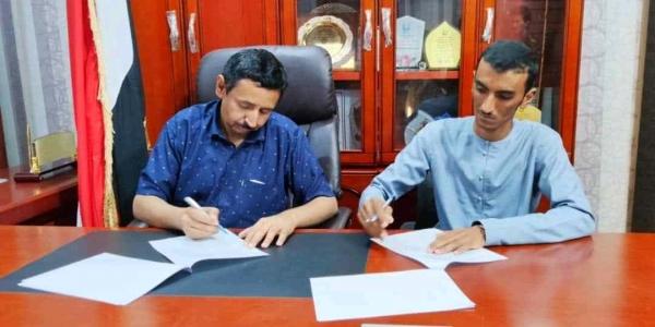 محافظ شبوة يوقع عقد لسفلتة الخط الرابط بين الشارع العام وشارع الشهيد للثم بمدينة عتق.