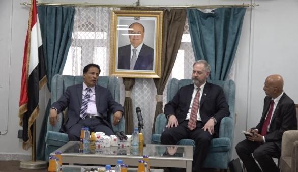 السفير الأمريكي يصل المهرة في زيارة مفاجئة.. وهذا أبرز ماقا له في المؤتمر الصحفي