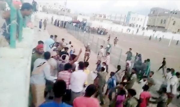 سقطرى..اشتباكات بالأيدي بين مواطنين ومليشيات الانتقالي بعد حرق العلم الوطني في حديبو