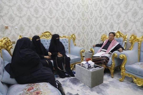محافظ المهرة يناقش احتياجات مدرستي خديجة بنت خويلد وعبدالله بن طلوس