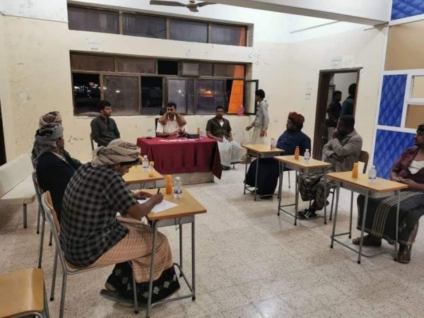 نائب مدير أمن المهرة يلتقي باللجان المجتمعية بحي كلشات بمدينة الغيضة للتوعية من آفة المخدرات
