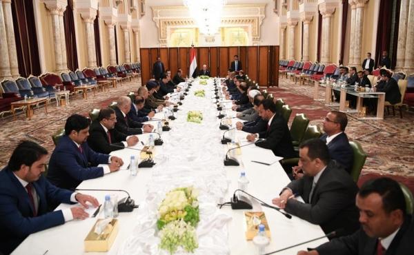 الرئيس هادي يلقي خطابا أمام الحكومة الجديدة التي أدت اليمين الدستورية في الرياض