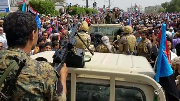 عدن : متظاهرو الإنتقالي يقتحمون قصر معاشيق وإعلام الإنتقالي يحرضهم على التخريب