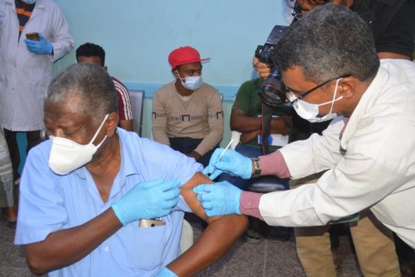 حضرموت : إنطلاق حملة التحصين ضد فيروس كورونا للعاملين في المجال الصحي بالمكلا