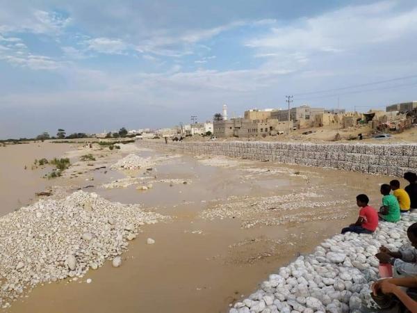 مدير مكتب الزراعة بالمهرة يتفقد الجابيونات بالغيضة بعد تدفق السيول بوادي الجزع