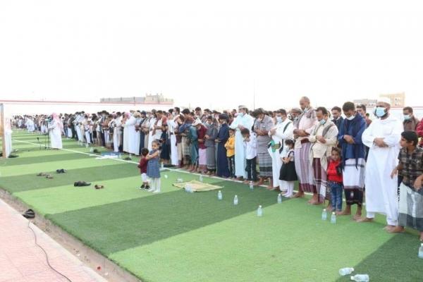 وزير الكهرباء والوكيل الأول وعدد من قيادات المحافظة يؤديان صلاة العيد مع جموع المصلين بمدينة الغيضة