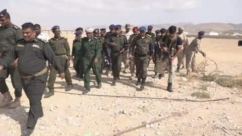 مدير الأمن والشرطة بالمهرة يتفقد مشروع سور مبنى إدارة الأمن  بسيحوت