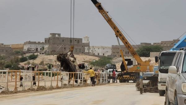 المهرة : مؤسسة الطرق والجسور تنفذ حملة لتصفية العبارات في جسر وادي الجزع من مخلفات السيول