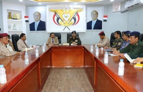 وزير الداخلية ومحافظ شبوة يترأسان اجتماعاً للجنة الأمنية بالمحافظة