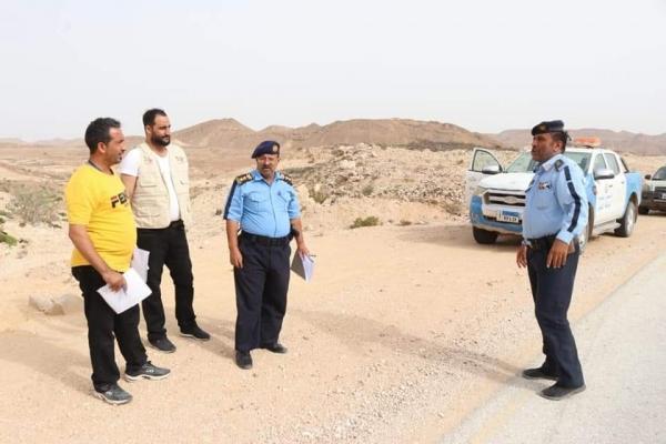 شرطة السير بالمهرة تنفذ مسح ميداني لتحديد أماكن تركيب التنبيهات المروية على خط الغيضة شحن