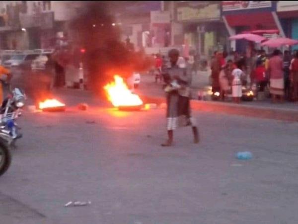 حضرموت : مسيرات سلمية وأخرى تخريبية اوقفت مظاهر الحياة في المكلا