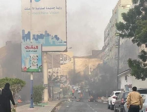 محتجون يقطعون الشوارع في عدن وحضرموت مطالبين بتحسين الظروف المعيشية والخدمية المتردية