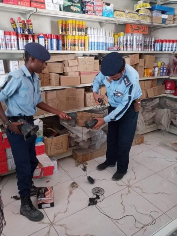 إدارة شرطة السير الغيضة تضبط كمية من أجهزة الونان والسفتي المقلد للطوارئ وسيارات الشرطة