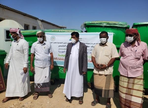 المهرة :أمين عام المجلس المحلي يدشن تسليم مشروع مبادرة النظافة بالغيضة