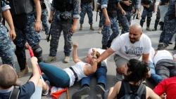 المحتجون يغلقون الطرق في بيروت وأجزاء أخرى بلبنان