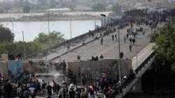 محتجون عراقيون يستعيدون السيطرة على جزء من جسر في وسط بغداد