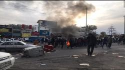 إيران من تصدير الثورة إلى استيرادها.. - حرق وتدمير تماثيل وصور للخميني وخامنئي ومهاجمة مقار حكومية في تظاهرات واسعة