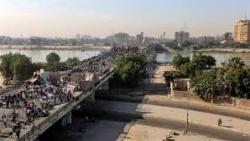 المحتجون يستعيدون السيطرة على ثالث جسر في بغداد