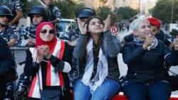 المحتجون اللبنانيون يحاولون منع النواب من الوصول إلى البرلمان