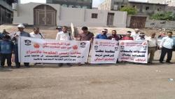 المعينون بجامعة عدن ينظمون وقفة احتجاجية للمطالبة باستكمال إجراءات تثبيتهم ضمن الهيئة التدريسية بالجامعة