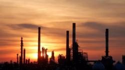 النفط عند ذروته منذ سبتمبر بفعل آمال التجارة والمخزون الأمريكي