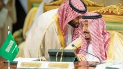 إصابة العشرات منهم والملك سلمان يعزل نفسه بجزيرة.. كورونا يصل حكام السعودية وأميركا تسجل ألفي وفاة لليوم الثاني