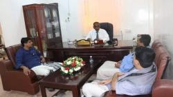 مدير الصحة بالمهرة يلتقي مدير عام قشن ويناقش معه احتياجات مكتب الصحة بالمديرية