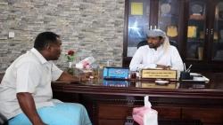 المهرة : الوكيل الجعفري يناقش مع مديرالغيضة القضايا المتعلقة بمشاريع الخدمات العامة وآليات تحقيق الأمن