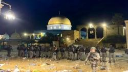 قوات الاحتلال تقتحم المسجد الأقصى وتخلي بالقوة  المصليين وارتفاع إصابات إلى 53 فلسطينيا