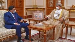 وزير الخارجية يبحث مع وزير المكتب السلطاني العماني جهود السلام في اليمن